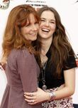 316px-Lea Thompson Zoe Deutch How Train Dragon Los tM2jYyqxEV1l