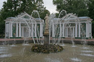 800px-Peterhof Fountains 02 - Eva Fountain