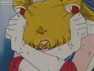 Sailor Moon protegiendose
