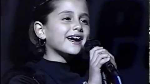 Ariana_Grande_at_8_years_old_singing_National_Anthem