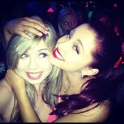 Ariana hugs Jennette at KCA pre-party 2012.jpg