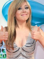 Jennette gives thumbs up at 2012 KCAs.jpg
