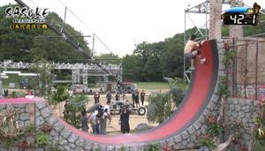 Nakayama Kinnikun attempting the first wall of Ni Ren Soritatsu Kabe in SASUKE 29.png