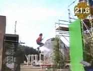 Kujirai Yasutoshi attempting Tarzan Jump in SASUKE 3