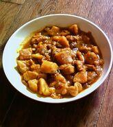 Tajine de crevettes, patates douces et raisins secs