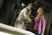 Джон удивляет Джилл в своей мастерской