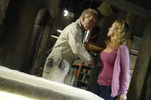 Джон удивляет Джилл в своей мастерской.jpg