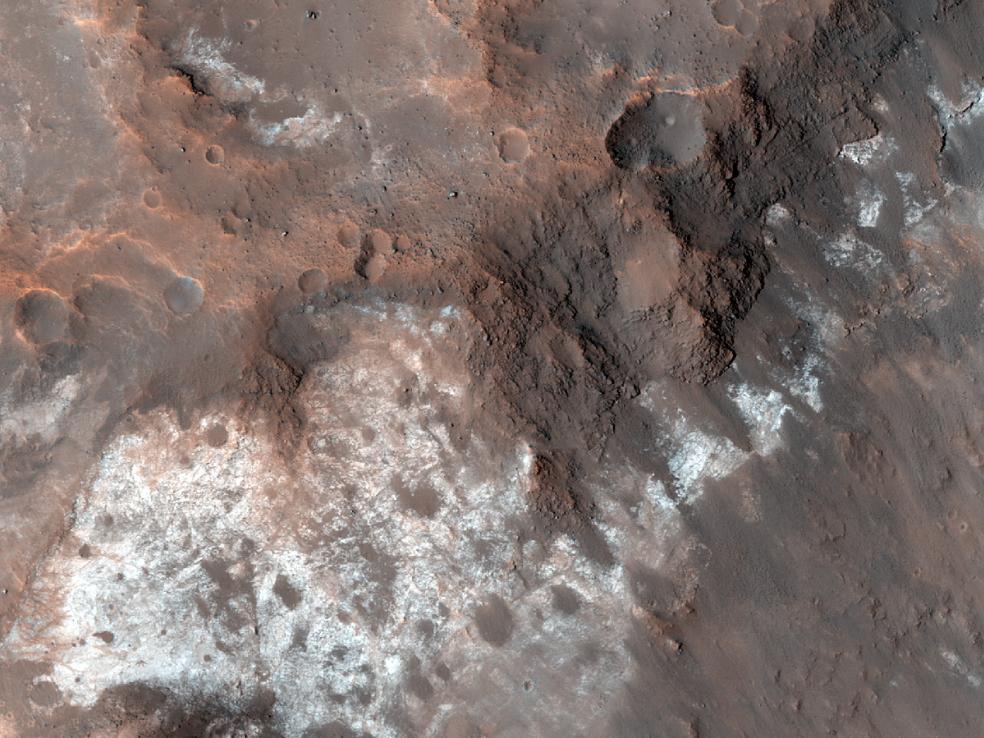 Марс - Светлые образования на центральной возвышенности кратера