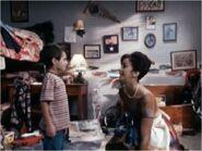 3x16 Junger Hausmeister mit seiner Mutter
