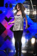 Selena gomez videoclip grey shirt