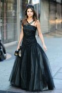Selena ws videoclip black dress (2)