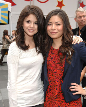 Miranda Cosgrove Selena Gomez Wiki Fandom Joshua gomez ретвитнул(а) entertainment weekly. miranda cosgrove selena gomez wiki