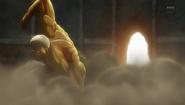 Le Titan Cuirassé après avoir détruit la porte de Shiganshina