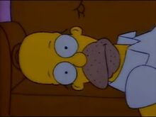 Homer deitado no sofa assist indo tv