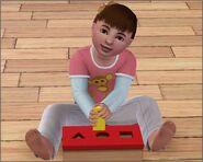 Санди играет со своей игрушкой