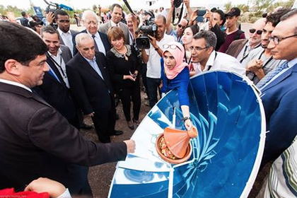 Hicham Dahbi demonstrates solar cooker to Morocco government ministers,10-28-14.png