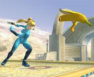 Samus Zero lanzando una monda de plátano SSBB