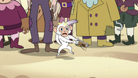 S4E2 White monkey claps shoes together