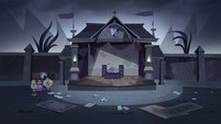 S3E16 Star, Marco, and Pony Head in empty courtyard