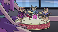 S4E11 Hamster band toy with dying batteries