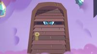 S3E21 Teta Pony Head hiding in the closet