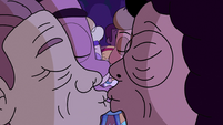 S2E39 Concert couples kiss around Star Butterfly