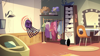 S2E22 Spider With a Top Hat throws himself at the wall