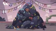 S3E14 Giant pile of laundry