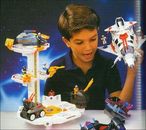 Junge spielt mit Starcom-Spielzeug