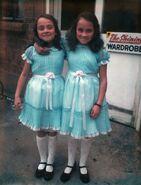 Лиза и Луиз Бёрнс в образе близнецов Грэди