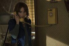 Joyce Byers recibiendo una llamada (01x01)