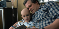 Stranger Things 1x08 – Sarah and Hopper reading.png