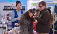 S04E09-Heather customers eating