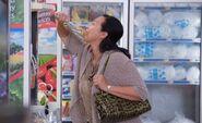 S03E16-Customer eats from bulk