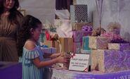 S04E17-Girl leaves gift