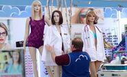 S02E15-Elias dresses mannequins