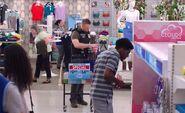 S04E22-ICE agent shops