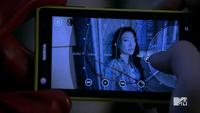 3x15 Kira on phone
