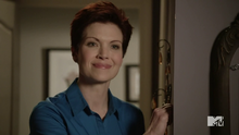 2X09 Victoria Argent smiling.png
