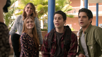 Shelley-Hennig-Dylan-O'Brien-Tyler-Posey-Holland-Roden-Malia-Stiles-Scott-Lydia-school-photo-Teen-Wolf-Season-6-Episode-1-Memory-Lost
