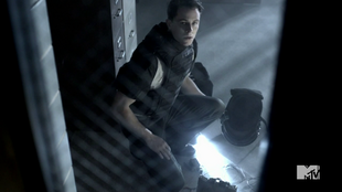 Teen Wolf Season 4 Episode 5 IED Parrish defuses bomb