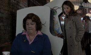 S01E12-Claudia Liz arcade.jpg