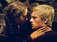 The-hunger-games-katniss-peeta-cave-kiss
