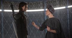Effie ayudando a Katniss con su primera propo.png
