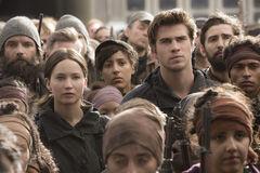 Gale y Katniss durante un discurso en el Distrito 8.jpg