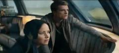 Katniss y Peeta en el tren.png