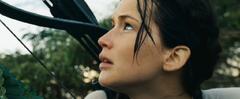 Katniss mirando hacia el cielo en la arena de los 75° Juegos del Hambre.png