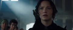 Katniss Everdeen observando a los habitantes de los distritos destruidos.png