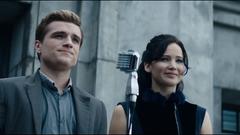 Katniss y Peeta durante la Gira de la Victoria.png