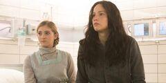Katniss y Prim en el Hospital del Distrito 13.jpg